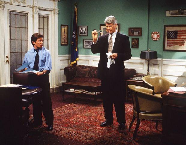 Michael J. Fox, adjoint du maire de New York (Barry Bostwick) dans «Spin City» en 1996.