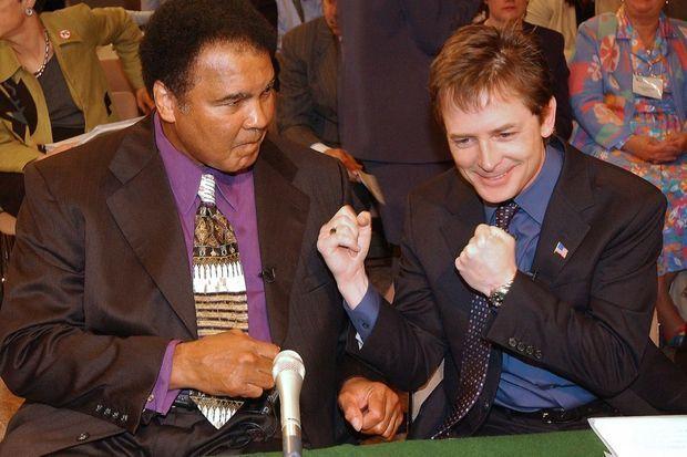 Michael J. Fox et Mohamed Ali devant le Sénat américain pour évoquer le financement de la lutte contre la maladie de Parkinson, en mai 2002.