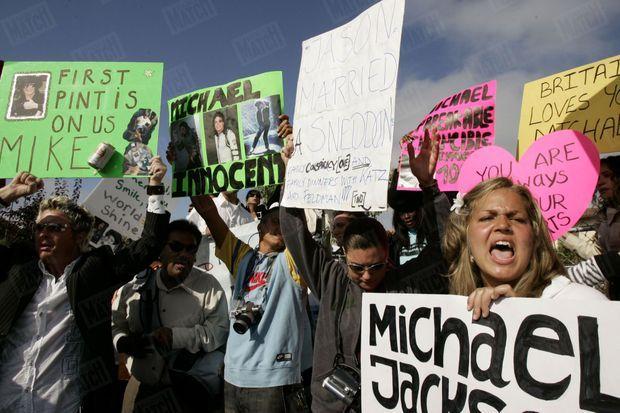 « Durant les délibérations du jury, les mesures de sécurité - policiers antiémeute, chiens renifleurs de bombes - ont été encore renforcées autour du petit palais de justice de Santa Maria, en Californie, devant lequel les fans continuent de manifester. » - Paris Match n°2925, 9 juin 2005