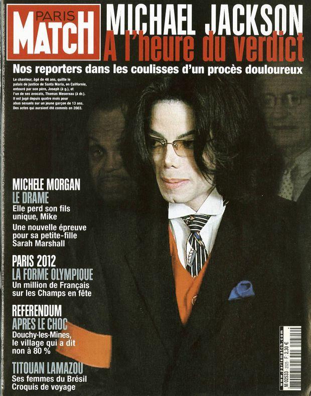 « Michael Jackson à l'heure du verdict : Le chanteur, âgé de 46 ans, quitte le palais de justice de Santa Maria, en Californie, entouré par son père, Joseph (à g.), et l'un de ses avocats, Thomas Mesereau (à dr.). Il est jugé depuis quatre mois pour abus sexuels sur un jeune garçon de 13 ans. Des actes qui auraient été commis en 2003. » - Paris Match n°2925, 9 juin 2005