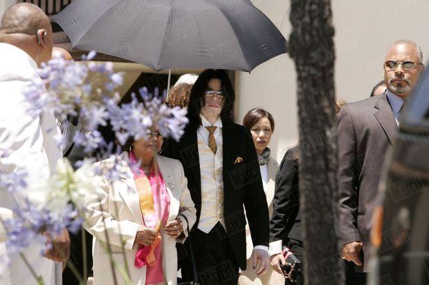 Michael Jackson, avec sa mère Katherine, lors de son procès en juin 2005.