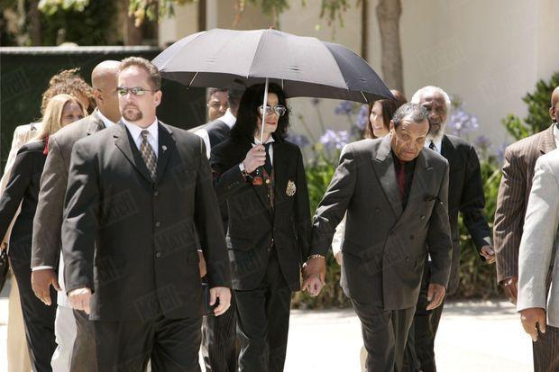 Michael Jackson, avec son père Joe, lors de son procès en juin 2005.