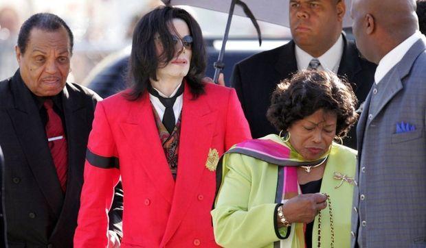 Michael Jackson entouré de sa mère et de son père-