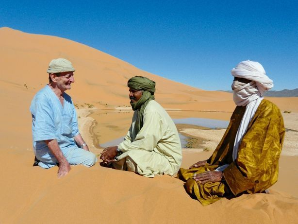 L'homme des sables Le Sahel était la passion du retraité qui avait fondé une association, Enmilal (« Entraide » en touareg), avec Abidine Ouaghi (au centre), un habitant d'In-Abangharet, village au nord-ouest du Niger. Ici, en novembre 2009, en compagnie d'un ami, les deux hommes se félicitent des progrès accomplis par leur petite ONG.