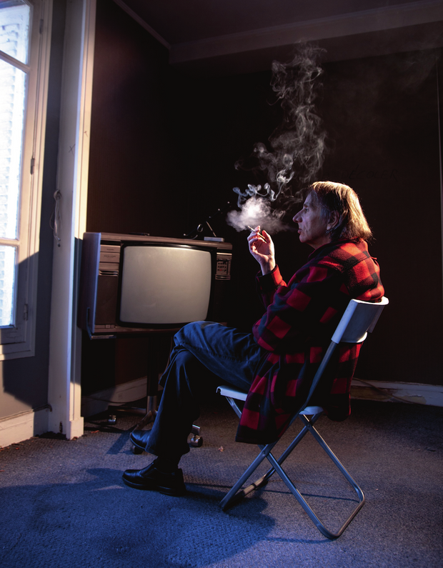 Michel Houellebecq dans son appartement parisien.