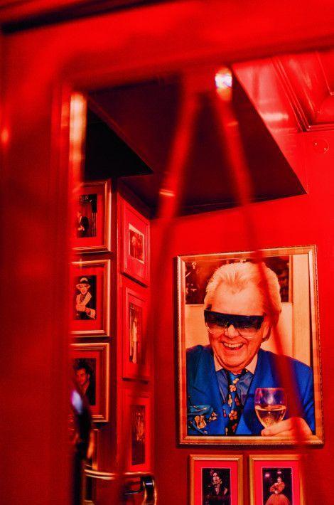 Michou: A 87 ans, le prince bleu de Montmartre ne compte plus les vedettes passées dans son cabaret.