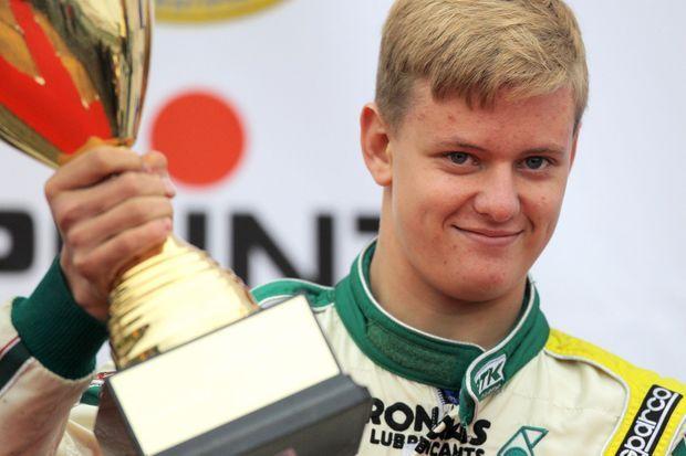 Mick Schumacher avec son trophée de vice-champion d'Allemagne.