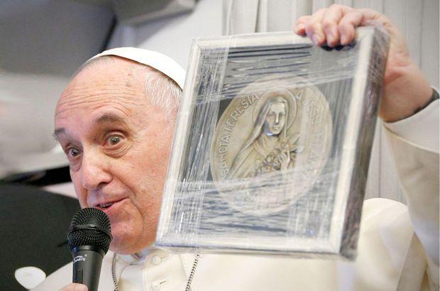 Le pape commente le cadeau fait par Caroline Pigozzi.