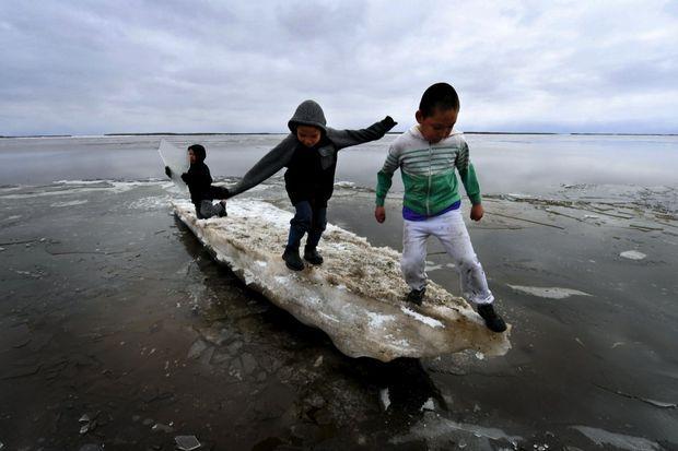Miette d'iceberg pour ces enfants yupiks. Dès la mi-avril, le fleuve Yukon dégèle. D'après les experts, l'Alaska se réchauffe deux fois plus vite que la moyenne mondiale. Plus 2,6°C entre 1901 et 2016.