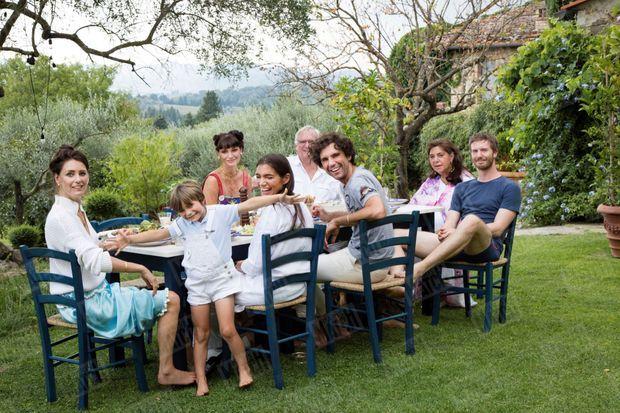 Joannie trône toujours en bout de table, entre son mari, Michael, et Andy, le compagnon de Mika. Près du chanteur, ses trois sœurs, Paloma avec son fils, Beauregard, puis Yasmine et, en face, Zuleika.