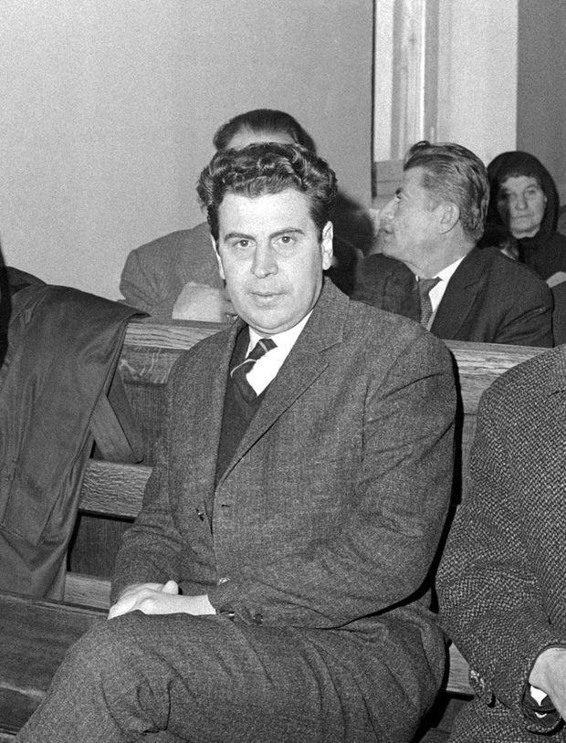 Fin janvier 1968, six mois après son arrestation arbitraire par la dictature militaire, Mikis Theodorakis demande sa remise en liberté devant la Cour d'appel d'Athènes.