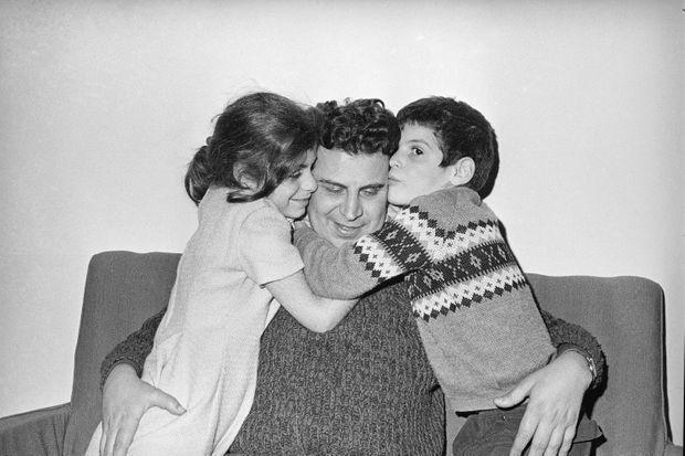 Fin janvier 1968, six mois après son arrestation arbitraire par la dictature militaire, Mikis Theodorakis libéré retrouve enfin ses enfants Margareta et Giorgos.