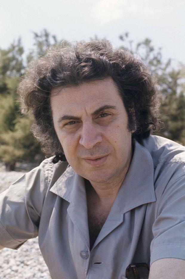 Août 1974, après la chute de la dictature des Colonels, Mikis Theodorakis revient d'exil et retrouve sa villa sur la plage de Vrachati, dans le Golfe de Corinthe.