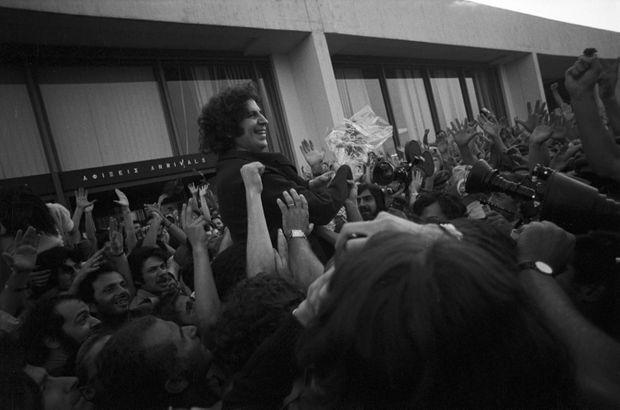 Juillet 1974, à son retour d'exil après la chute de la dictature des Colonels, Mikis Theodorakis est attendu et acclamé par la foule à l'aéroport d'Athènes.