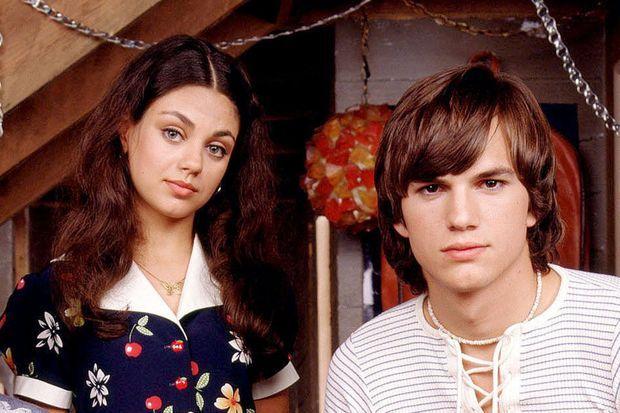 """Mila Kunis et Ashton Kutcher dans """"That 70s Show"""", en 1999."""