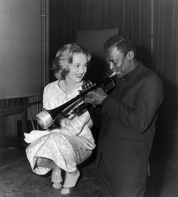 Jeanne Moreau et Miles Davis, sur le tournage du film de Louis Malle « Ascenseur pour l'échafaud », en décembre 1957.