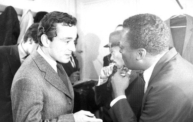 Miles Davis retrouve Louis Malle, réalisateur d'« Ascenseur pour l'échafaud », dans les coulisses de l'Olympia, lors d'un concert en octobre 1960.