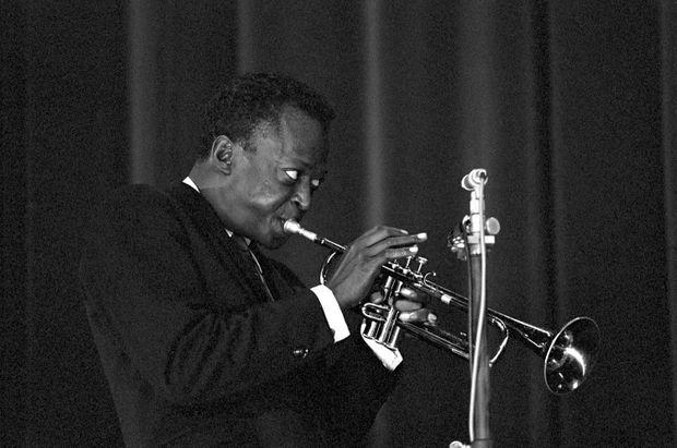 Miles Davis en concert à la salle Pleyel, à Paris, en octobre 1964.