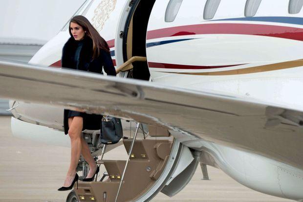 Minijupe et talons aiguilles. Hope Hicks arrive dans l'Iowa à bord d'un Cessna, un des avions de Donald Trump