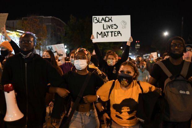 Manifestation à Minneapolis après l'annonce de la remise en liberté de Derek Chauvin, le 7 octobre 2020.