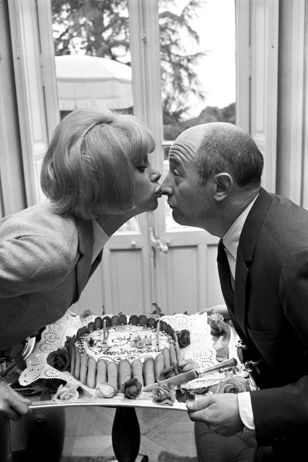1966, au cap d'Antibes. Bécot d'anniversaire pour Michel Audiard, en marge du Festival de Cannes. Le grand dialoguiste et Mireille sont nés le même jour, un 15 mai.