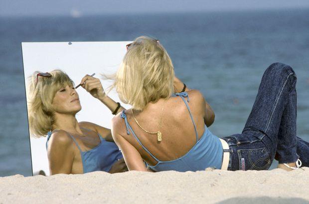 Les femmes rêvaient de reproduire ses fausses taches de rousseur. En 1982, à 44 ans, toujours aussi envoûtante qu'à 20. « Plaire, pour une femme, c'est exister », assume cette coquette, qui s'amusa longtemps à se piqueter le visage du bout de son crayon khôl.