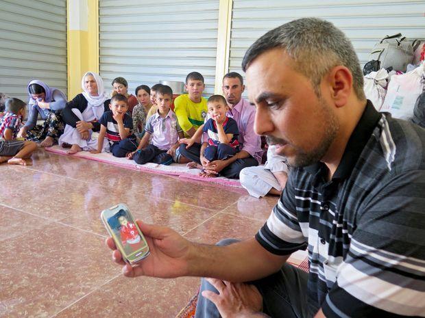 Mirze, yézidi, conserve la photo de sa nièce sur son portable : 45 femmes et enfants de sa famille ont disparu.