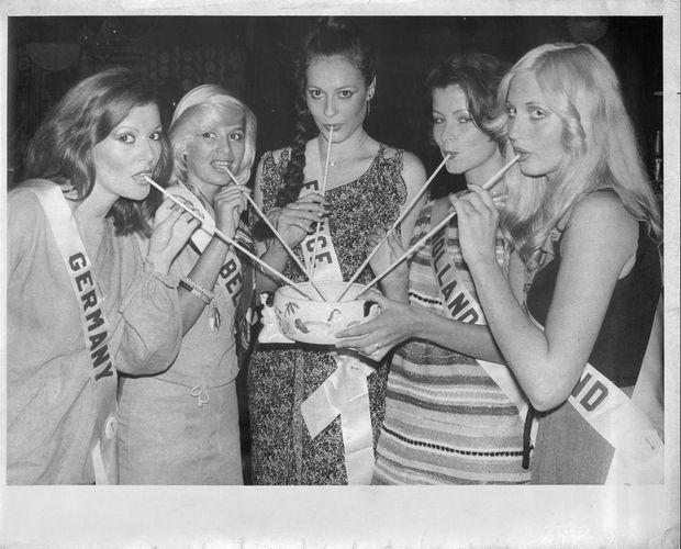 Veronique Fagot lors du concours Miss Monde, entourée (de g. à dr.) de : Marie-Luise Gassen (Allemagne), Claudine Matie Vasseur (Belgique), Ineke Berends (Pays-Bas) et Sarah Louise Long (Angleterre), en juin 1977.