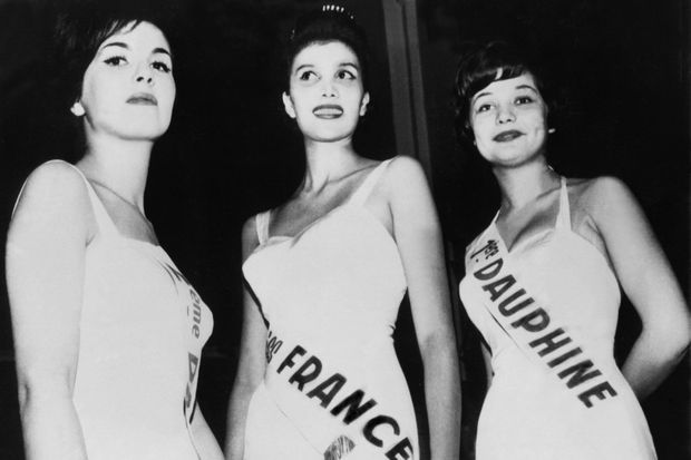 Luce Auger, entourée de sa première et deuxième dauphine, Michèle Wargnier (à dr.) et Marina Duteille, le soir de l'élection, à Aix-les-Bains, le 31 décembre 1960.