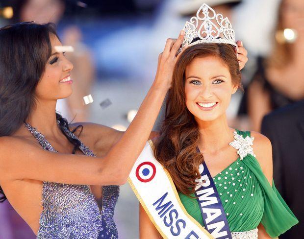 Malika Menard couronnée Miss France 2010 par Miss France 2009, Chloé Mortaud, lors de la cérémonie le 5 décembre 2009 à Nice.