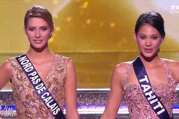 Camille Cerf, Miss France 2015 (à gauche) aux côtés de sa 1ère dauphine, Hinarere Taputu, alias Miss Tahiti
