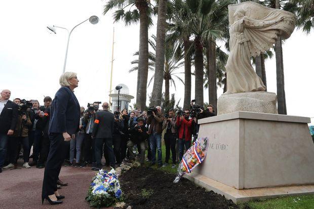 Marine Le Pen dépose une gerbe devant une statue de Jeanne d'Arc à Cannes.