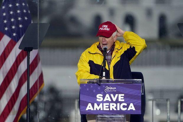 Le représentant républicain Mo Brooks, le 6 janvier, avant l'assaut contre le Capitole. Ici coiffé d'une casquette appelant à «virer» la démocrate Nancy Pelosi qui préside la Chambre des représentants, il a aussi incité les partisans de Donald Trump à «botter des culs».
