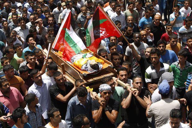 Le corps du jeune Mohammed Dudin, mort à 14 ans, a été transporté dans la rue.