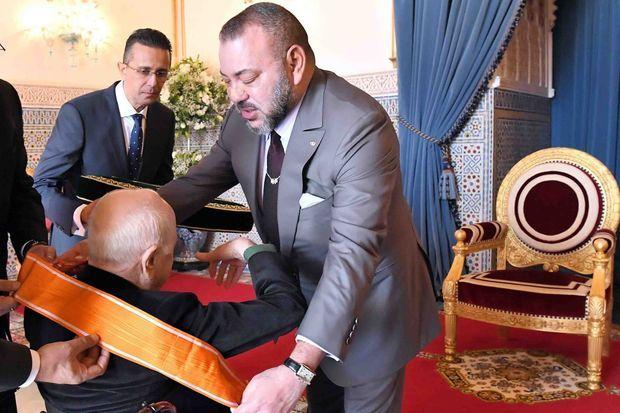 Le roi Mohammed VI du Maroc décore Pierre Bergé à Rabat, le 22 décembre 2016