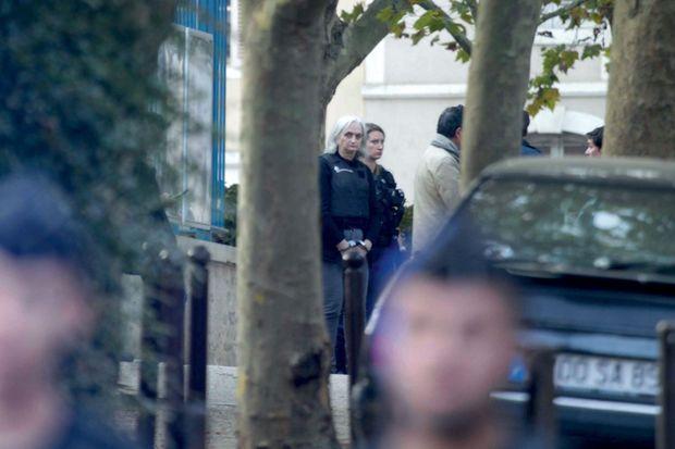 Monique Fourniret, menottée et munie d'un gilet pare-balles, assiste à une reconstitution à Saint-Cyr-les-Colons le 19 août 2019 pour tenter de retrouver le corps de Marie-Angèle Domece.