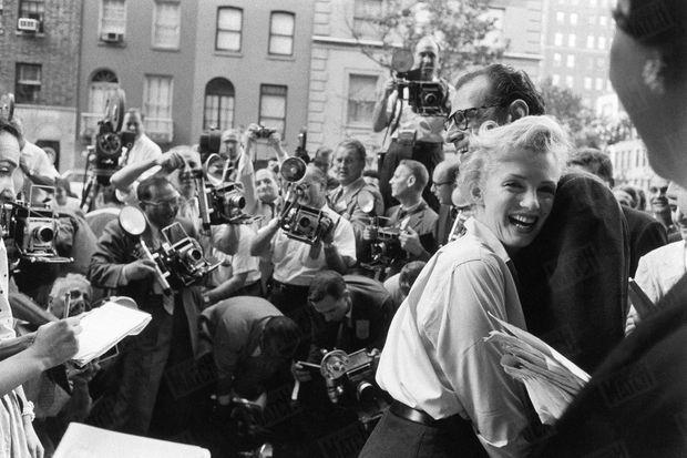 « C'est blottie dans les bras d'Arthur Miller que Marilyn a annoncé ses fiançailles à la presse qui l'attendait dans la rue depuis une heure et demie devant l'immeuble de Sutton Place où elle habite, et qui menaçait de bloquer la circulation. » - Paris Match n°378, 7 juillet 1956