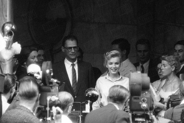 « Le 22 juin au matin, Marilyn avait fait prévenir toutes les salles de rédaction qu'elle annoncerait ses fiançailles dans l'après-midi. Presse, radio, télévision étaient à 4 h. 1/2 devant son immeuble, mais les autres locataires, furieux, les empêchèrent de monter. A 6 heures, Marilyn, qui met toujours très longtemps à se préparer, n'était pas encore là. La police dut lui envoyer un émissaire car on ne pouvait plus circuler dans la rue. Elle apparut alors devant sa porte au bras d'Arthur Miller. » - Paris Match n°378, 7 juillet 1956