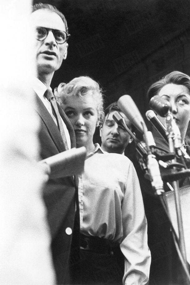 Marilyn Monroe et Arthur Miller annonçant leur mariage, le 22 juin 1956 à New York.