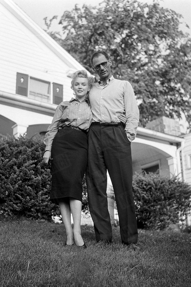 « C'est à Roxbury (Connecticut) qu'ils se sont réfugiés après la conférence de presse. Il y a, dans le jardin, une maison sur un arbre et une piscine que Miller a bâties lui-même. » - Paris Match n°378, 7 juillet 1956