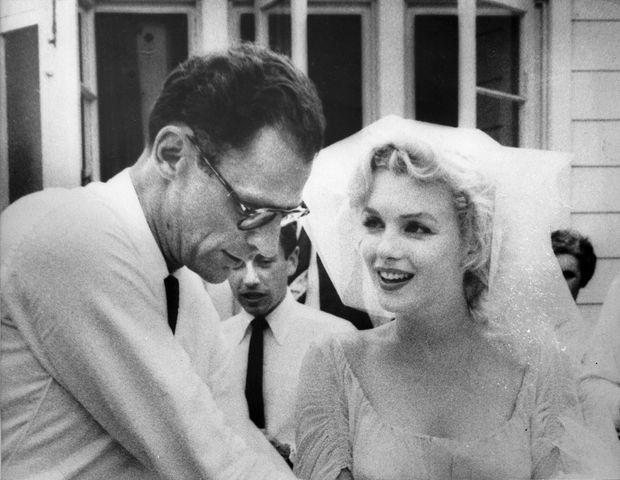 Marilyn Monroe et Arthur Miller le jour de leur mariage, le 29 juin 1956, à Roxbury dans le Connecticut.
