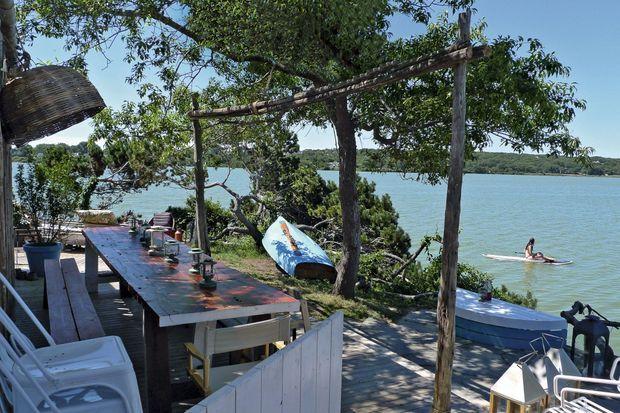 La terrasse du Surf Lodge, le restaurant branché fréquenté par Naomi Watts ou Bill Murray.