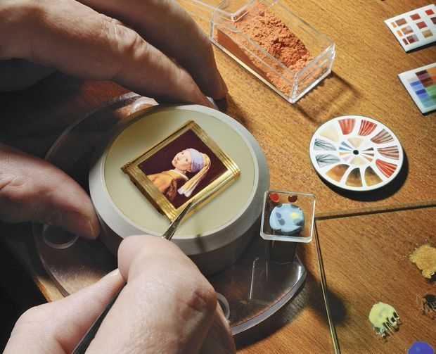 Spécialité Jaeger-LeCoultre : la peinture miniature sur émail qui permet la reproduction de tableaux de maître.