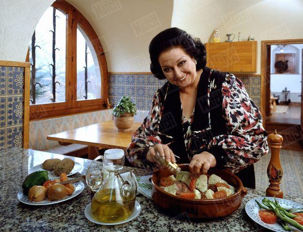 """La cantatrice Montserrat Caballé reçoit Paris Match dans sa propriété """"Le mas Carbonell"""" près de Barcelone, le 1er mars 1992. Ici, préparant dans sa cuisine une spécialité catalane : du lapin sauté à l'ail et à l'huile d'olive."""