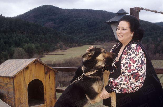 """La cantatrice Montserrat Caballé reçoit Paris Match dans sa propriété """"Le mas Carbonell"""" près de Barcelone, le 1er mars 1992."""