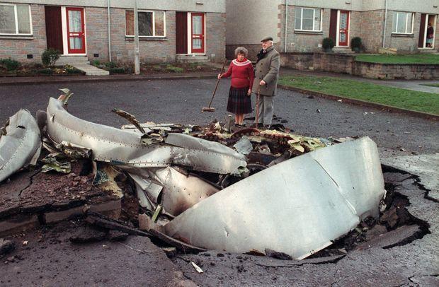 Un morceau de fuselage du Boeing de la Pan Am, écrasé dans le sol, à Lockerbie.