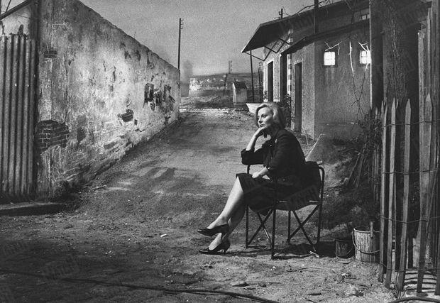 """Michèle Morgan sur le tournage du film """"Les scélérats"""", de et avec Robert Hossein, le 22 décembre 1959, deux semaine après la mort d'Henri Vidal."""