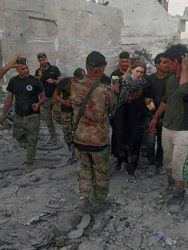 Linda W. arrêtée par des soldats irakiens, le 17 juillet. A droite, Melina H., dans la maison où elle a été découverte le 8 juillet, avec ses quatre enfants, un bébé de 5 mois, un garçon de 3 ans et deux filles de 5 et 8 ans.