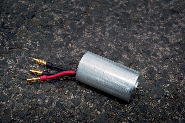 Le premier moteur: Il mesure 5 x 2 centimètres. On distingue les trois fils électriques : positif, négatif, neutre. Désormais, les watts remplacent les corticoïdes. Sur simple pression du doigt.