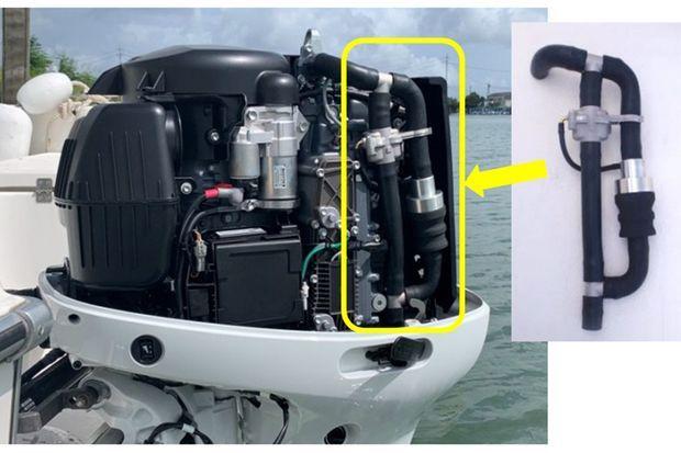 Le dispositif installé sur un moteur de hors-bord Suzuki.